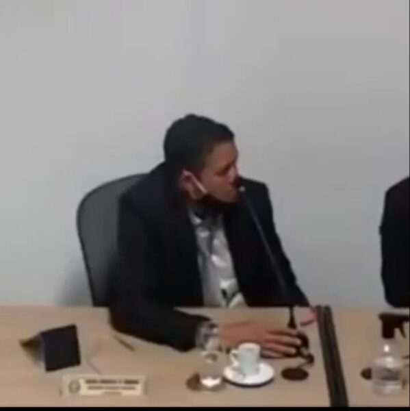 Vereador de Umbaúba (SE) vai à sessão embriagado e vídeo viraliza